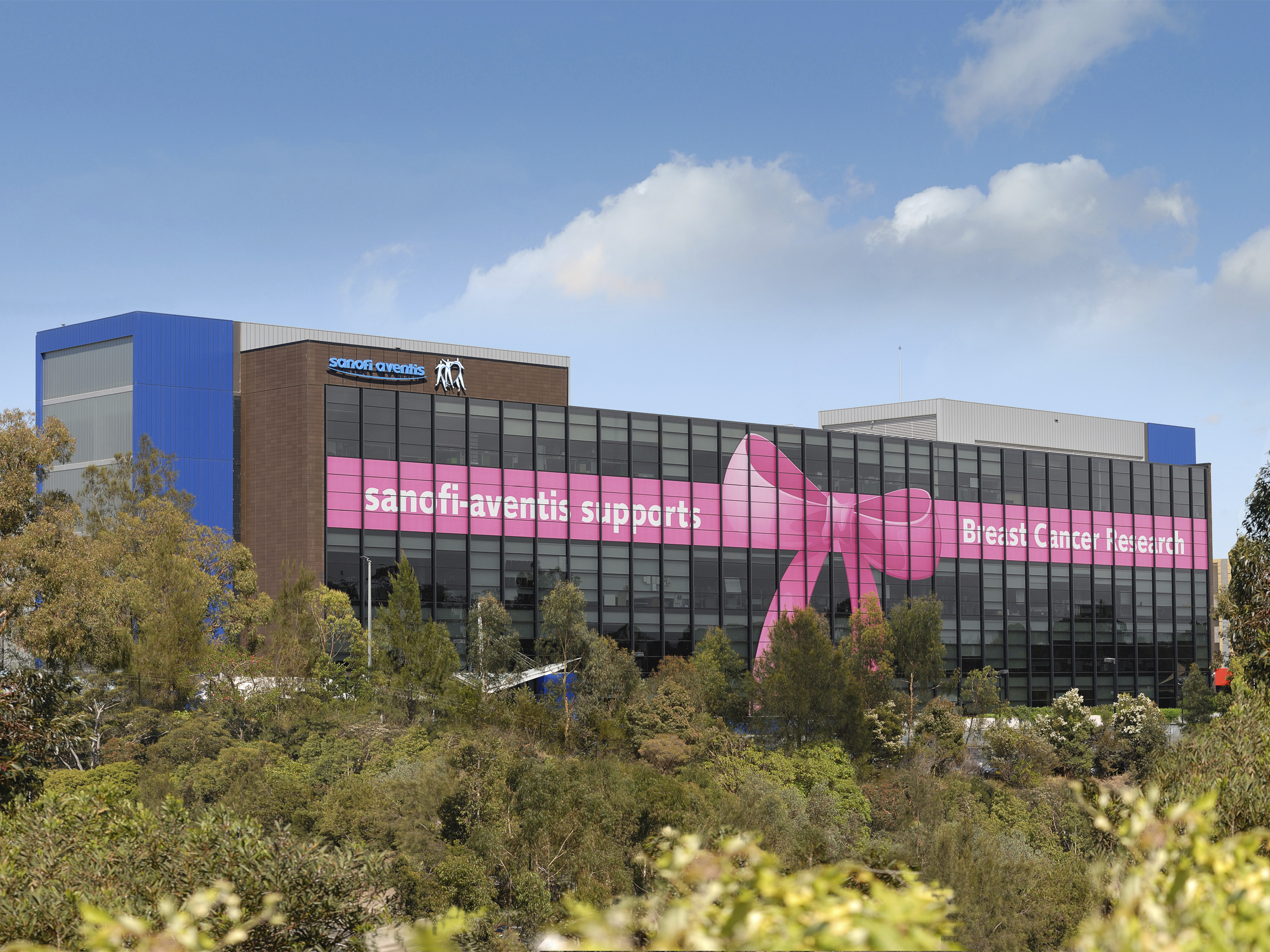 Building wrap - Sanofi supports breast cancer research